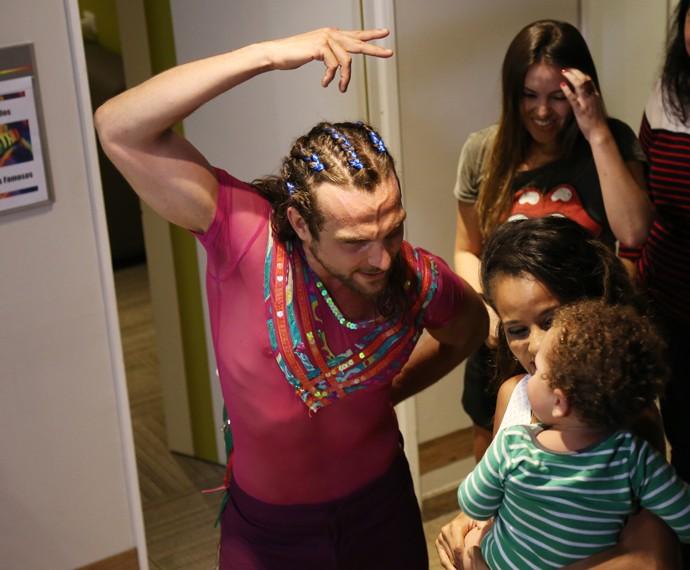 Igor Rickli dança frevo para o filho  (Foto: Carol Caminha/Gshow)