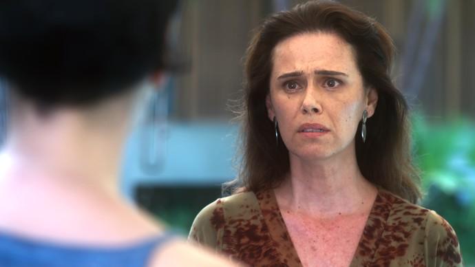 Cidália fica abalada ao ver Flavia e conta seu segredo à ela (Foto: TV Globo)