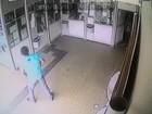 'Falso apostador' espera porta se abrir para roubar lotérica no DF; vídeo