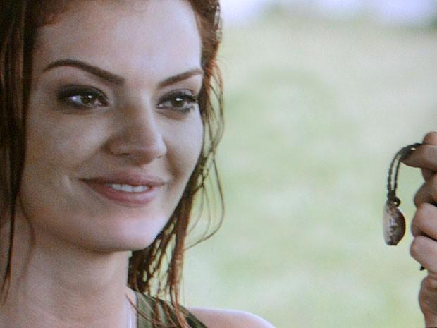 Elisa devolve o cordão ao noivo (Foto: Amor Eterno Amor/TV Globo)