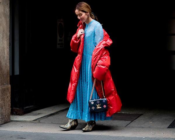 Os looks maximalistas são um destaque na moda de rua (Foto: Imaxtree)