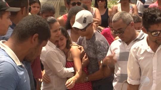 Corpo de cabeleireiro morto em assalto é enterrado no sul da Bahia