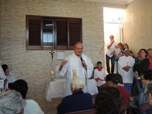Missa é realizada todo dia 14 de julho na casa onde santa apareceu na janela (Foto: Pedro Carlos Leite/G1)