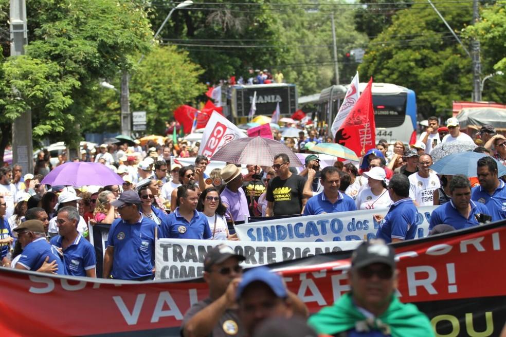 Manifestantes levaram faixas contra a reforma da Previdência em protesto no Recife, nesta terça-feira (28) (Foto: Marlon Costa/Pernambuco Press)