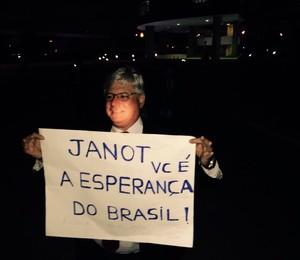 Rodrigo Janot segura um cartaz durante movimento em frente ao Ministério Público, em Brasília (Foto: Divulgação/Movimento Limpa Brasil)