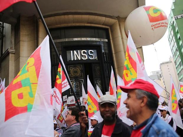CTB, CUT e centrais sindicais fazem ato em frente à sede do INSS, no viaduto Santa Efigênia, Centro de São Paulo (SP), contra a reforma da previdência, marcando o Dia Nacional de Luta em Defesa da Previdência Pública (Foto: Renato S. Cerqueira/Futura Press/Estadão Conteúdo)