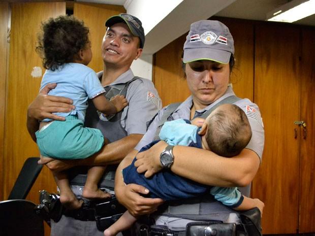 Policiais militares resgataram crianças abandonadas em favela de Santo André (Foto: Edu Silva/Futura Press)