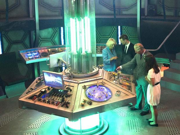 O príncipe Charles e a duquesa da Cornualha, Camilla, são recebidos pelos atores Matt Smith e Jenna Coleman no interior da TARDIS, nave do protagonista da série 'Doctor Who' (Foto: Arthur Edwards/Reuters )