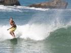 Paulinho Vilhena surfa na Prainha e leva tombo