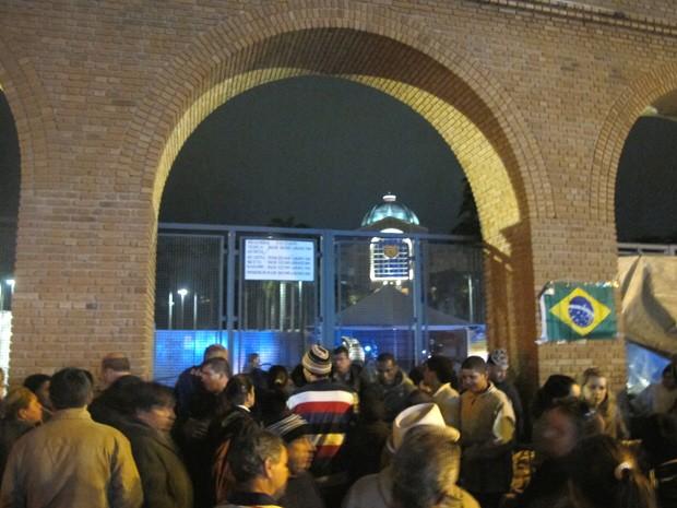 Pequeno tumulto foi registrado no início da noite na fila formada por romeiros para tentar adentrar ao Santuário Nacional e acompanhar a missa do Papa Francisco. (Foto: Rosanne D'Agostino/G1)