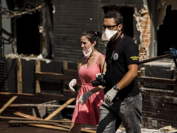 Polícia leva testemunhas à boate Kiss e faz reconstituição do incêndio. Cinco pessoas voltaram ao local e relembraram momento do início do fogo. (Foto: Adriano Vizoni/Folhapress)