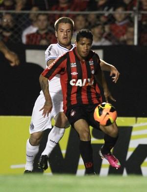 Léo na partida do Atlético-PR (Foto: Geraldo Bubniak / Agência Estado)