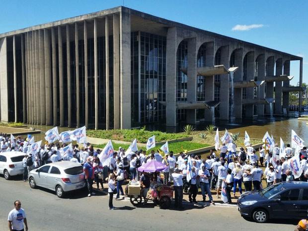 Policiais rodoviários federais durante abraço simbólico no Palácio da Justiça (Foto: Federação Nacional dos Policiais Rodoviários Federais/Divulgação)