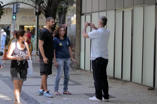 Cauã Reymond com amigo no Leblon (Foto: Fabio Moreno / Foto Rio News)