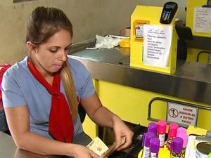 Operadora de caixa ficou traumatizada com assaltos em São Carlos (Foto: Reprodução/EPTV)
