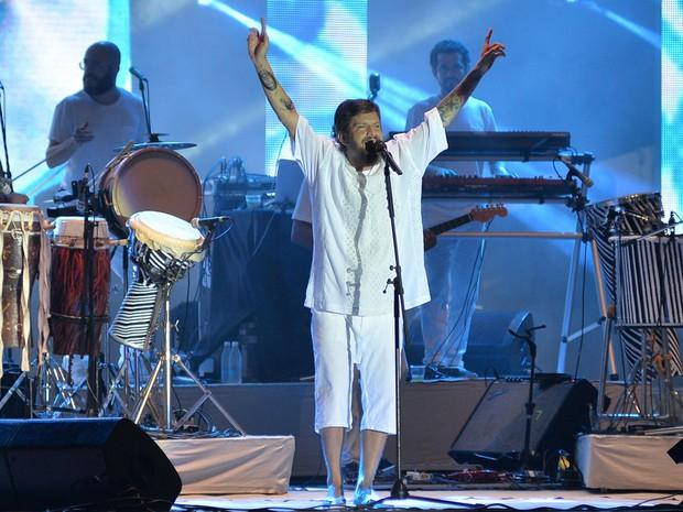 Saulo sobe ao palco da Praça Cayru, em Salvador, no terceiro show da noite desta segunda-feira (Foto: Max Haack/Agecom)