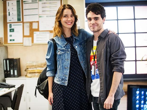 Fabio Audi posa ao lado de Nathália Dill durante as gravações de Alto Astral (Foto: João Miguel Júnior/TV Globo)