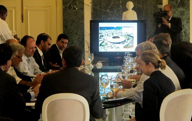 Mesa de reunião com telão ao fundo para explanação do projeto do Maracanã (Foto: Marcio Iannacca)