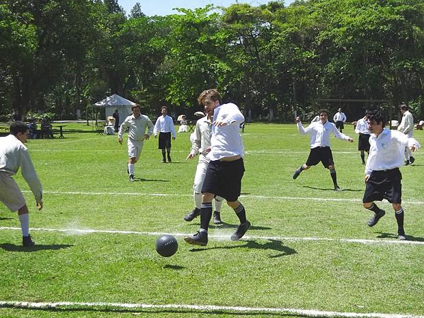 Sem experiência no jogo, Edgar se arrisca e faz um gol (Foto: Lado a Lado / TV Globo)