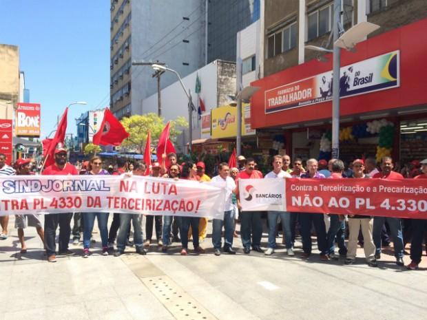 Representantes do Sindicato dos Jornalistas de alagoas e do Sindicato dos Bancários levaram faixas para o centro de Maceió (Foto: Carolina Sanches/G1)