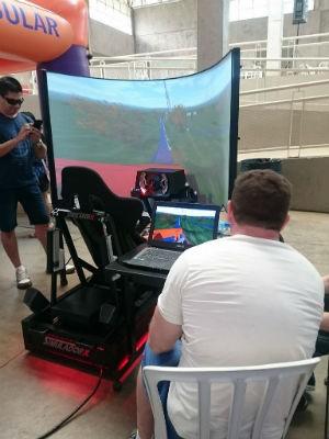 Simulador de montanha-russa é uma das atrações do evento (Foto: Ana Paula Yabiku/G1)