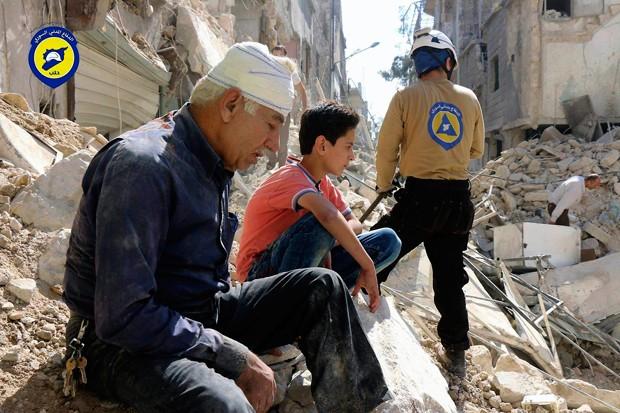 Áreas rebeldes de Aleppo têm várias pessoas feridas por conta de bombardeios (Foto: Syrian Civil Defense White Helmets/AP)