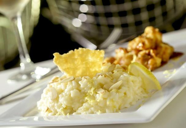 Risoto de limão siciliano com robalo ganha toque especial com molho japonês