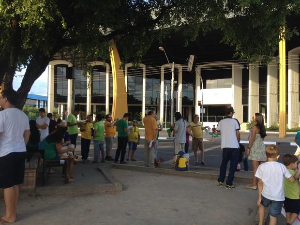 Manifestantes se reuniram em frente à Assembleia Legislativa de Roraim, no Centro de Boa Vista (Foto: Emily Costa/G1 RR)