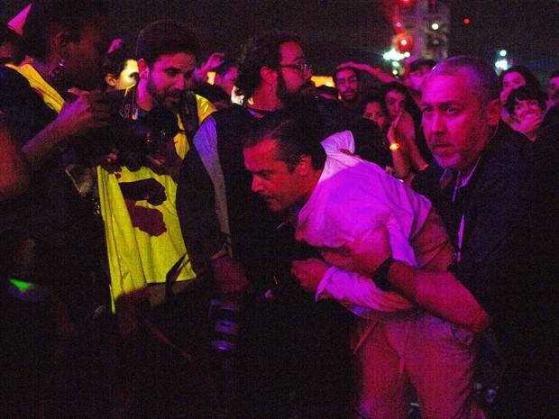 Mike Patton tenta pular na galera, cai em fosso e é retirado por seguranças durante show do Faith No More no Rock in Rio (Foto: Mauro Pimentel/G1)