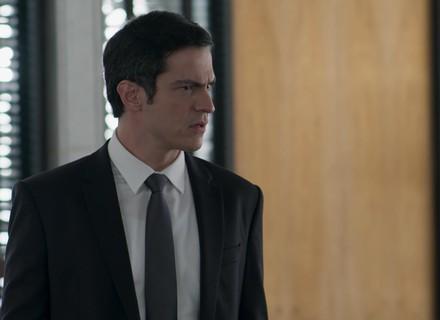 Eric decide usar disfarce para ficar perto de Luíza em operação contra Cássio