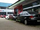 Veículos apreendidos após crimes lotam pátios de delegacias em Manaus