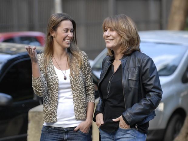 Renata Sorrah visita o bairro Peixoto com Dani Monteiro (Foto: Divulgação/TV Globo)