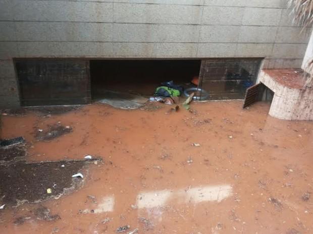 Pela manhã, água ainda inundava quadras da Asa Norte; temporal durou três horas e, segundo a Defesa Civil, correspondeu a um terço do esperado para o mês (Foto: Aldair Fernando/G1)
