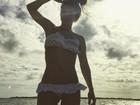 Carolina Dieckmann tira onda em foto de biquíni