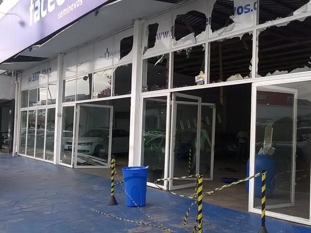 Explosão loja de carros Passo Fundo RS (Foto: Eder Calegari/RBS TV)
