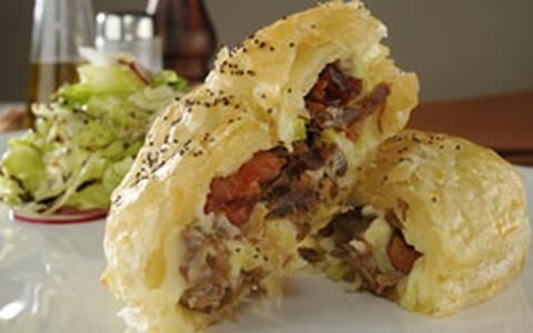 Torta de carne de sol e requeijão cremoso é feita em massa folhada