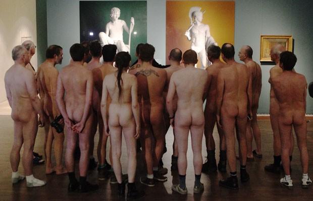 Visitantes nus observam obras da mostra em Viena (Foto: Heinz-Peter Bader/Reuters)