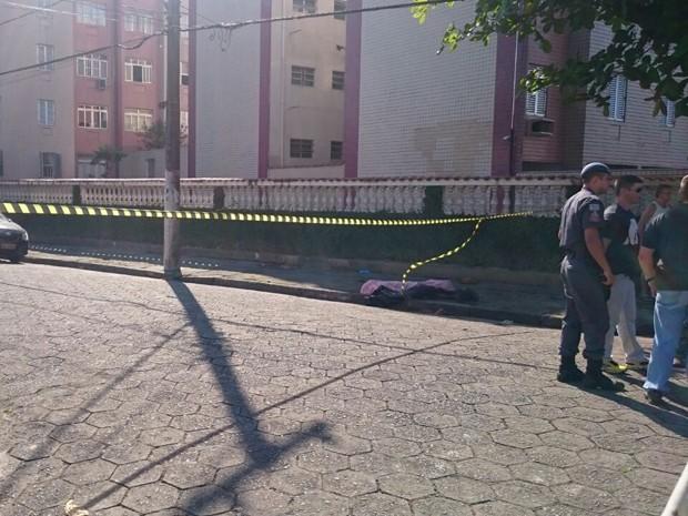 Dupla tentou assaltar policial e ele revidou em São Vicente (Foto: Guilherme Lucio / G1)