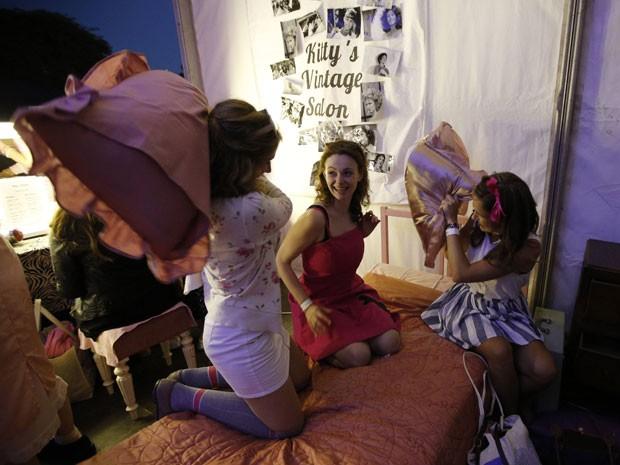 Fãs de 'Grease' fazem guerra de travesseiro antes da exibição ao ar livre do filme, em Londres (Foto: Chris Helgren/Reuters)