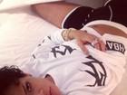 Deitada, Rihanna reclama: 'Não consigo dormir!'