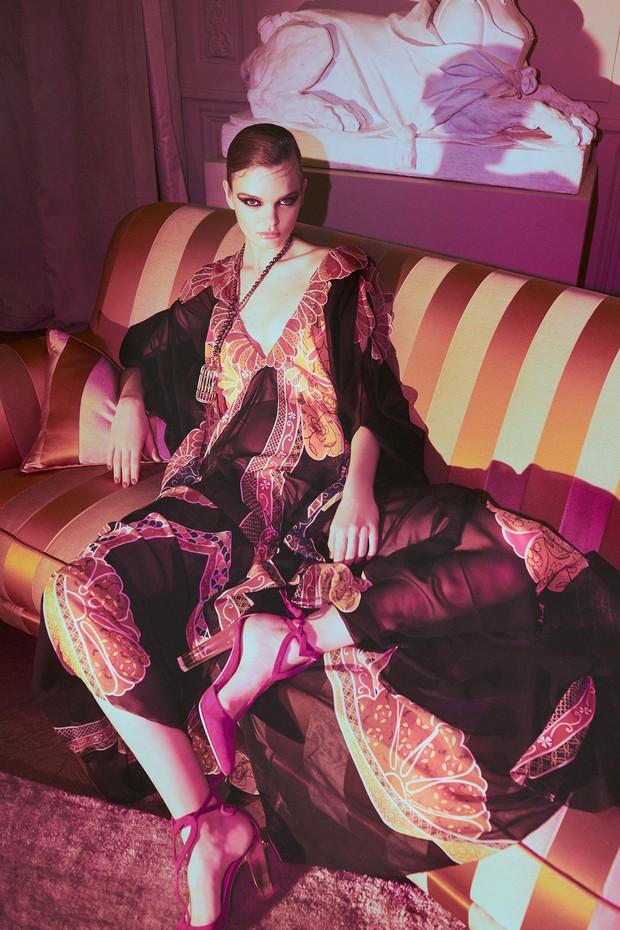 Vestido de chiffon de seda estampado combinado a colar de cristais e sapato de camurça com salto de acrílico, tudo da coleção de alta-costura (Foto: Emmanuel Giraud)
