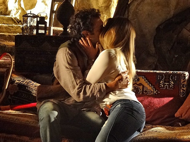 Bianca e Zyah se beijam apaixonados (Foto: Salve Jorge/TV Globo)