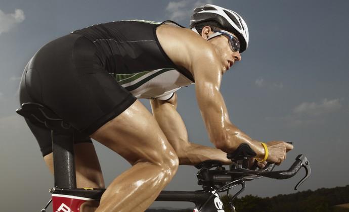 Homem pedalando euatleta genética (Foto: Getty Images)