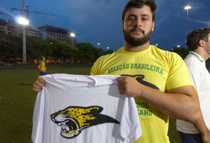 Edilson Asevedo vendeu moto e camisas para ajudar com os custos com viagem da seleção brasileira de futebol americano (Foto: Carol Fontes)