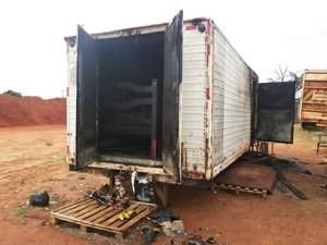 Incêndio atingiu a parte interna do baú do caminhão  (Foto: Cesar Evaristo/ TV TEM)