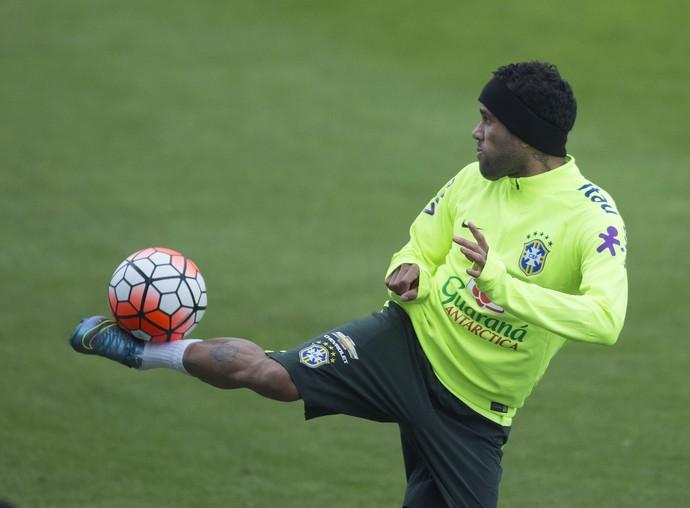 Daniel Alves em treino da seleção brasileira em Santiago (Foto: Leo Correa / Mowa Sports)