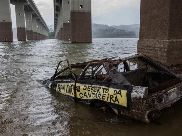 Carcaça de veículo é vista na represa do Atibainha, em Nazaré Paulista, no interior de São Paulo, nesta quarta-feira. O reservatório integra o Sistema Cantareira, que abastece mais de 6 milhões de pessoas na Grande São Paulo (Foto: Tiago Queiroz/Estadão Conteúdo)