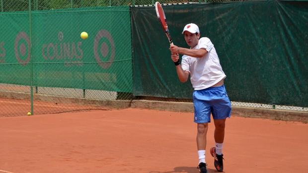 Tenista de São José dos Campos durante o treino no Clube de Campo Santa Rita (Foto: Danilo Sardinha/Globoesporte.com)