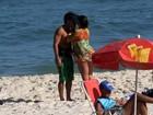 Grávida, Deborah Secco namora em dia de praia no Rio