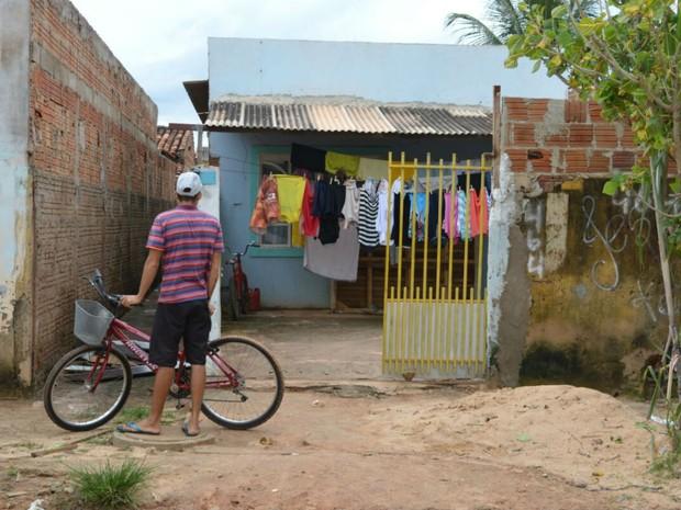 Adolescente foi morto dentro da casa onde morava na Bahia (Foto: Blogbraga/Repórter Elvis Araújo)